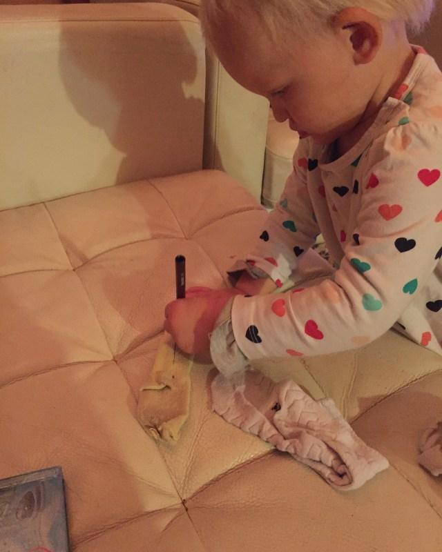 Ik vraag Liza om gelijke kleuren uit te zoeken (nee dat lukt haar nog echt niet) en ze pakt haar stiften en begint de sokken te kleuren. Schattig!