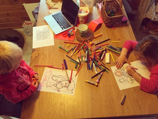 Eva is thuis en we maken maar weer een hoop tekeningen. De dagen duren lang als je niet echt naar buiten kunt. De kinderen vervelen zich en ik ook!