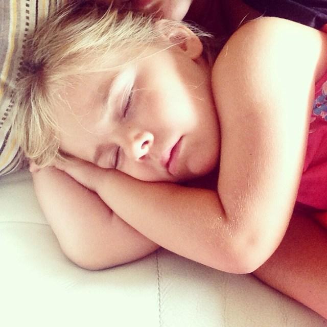 Na een middag feest viel ze zo op de bank in slaap. Popje