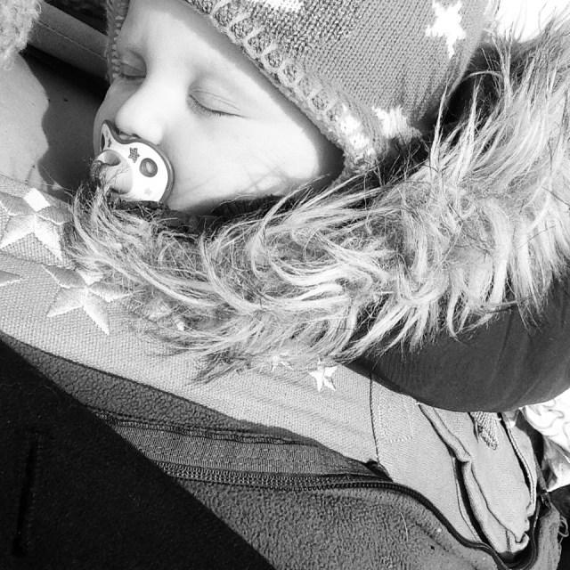 Maar het werd heel koud en terwijl ik nog een poging doe voor die oprit, ouwehoert eva met 'opa' in het Duits en valt dit mupske met een zonnestraaltje op haar toet zomaar in slaap. <3