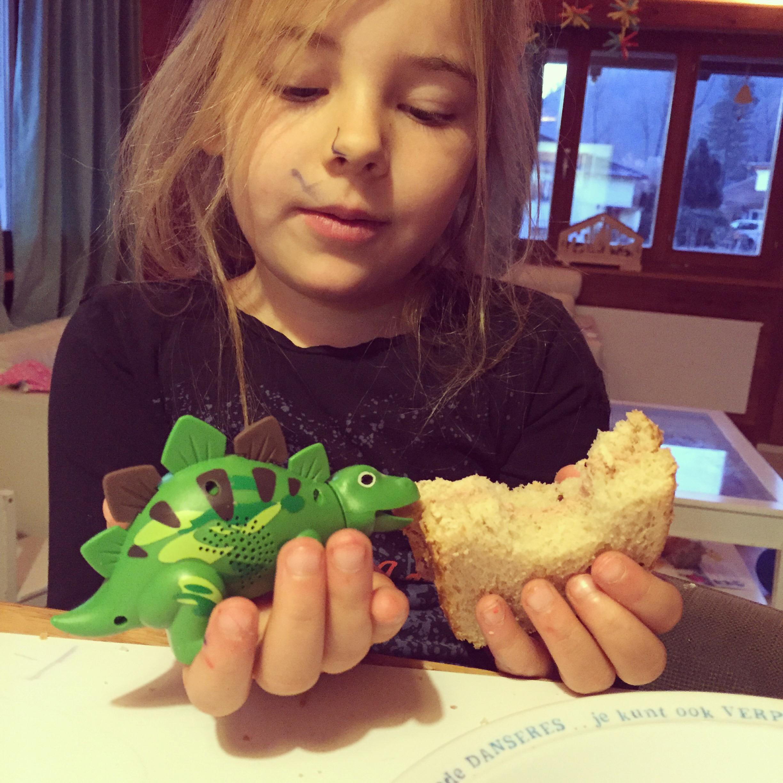 Vrijdagochtend. Eva was al vroeg aan het kleuren en de gekregen Dino's krijgen ook ontbijt. Wat een herrie kunnen die produceren!!!