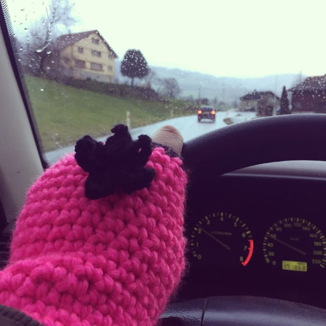 Het is koud buiten. Ik breng Eva naar de zwemles en ben erg blij met de gehaakte handschoenen die ik van zus Mijke kreeg voor mn verjaardag!