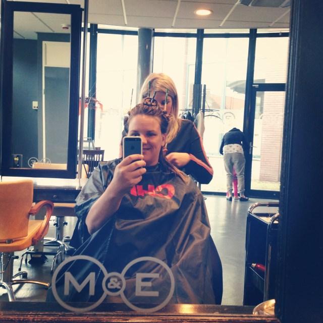 Na het zwembad en de koffie met vriendinnen, reden we door naar mijn ouders en ging ik naar de kapper. Spannend!