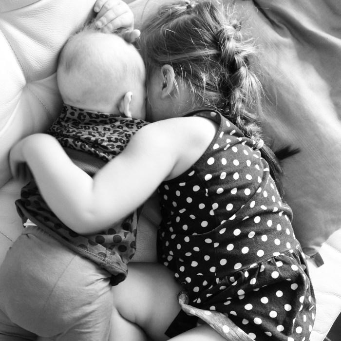 En natuurlijk moesten de meiden weer knuffelen! De rust werkt overigens deze dagen goed bij Eva en het is weer gezellig in huis.