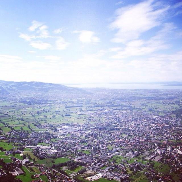 Volgens mij kan je vanaf deze plek Oostenrijk, Zwitserland, Duitsland en Liechtenstein zien.