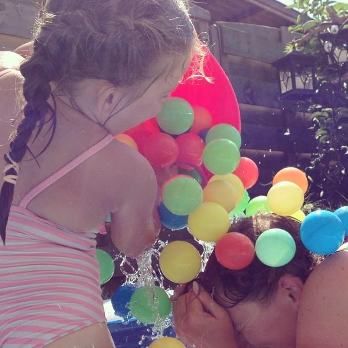 Anja bleef en besloot ook het zwembad in te gaan. De hele middag waren we in de weer met ballen en ballendouches. Eva had het enorm naar haar zin. Zelfs zonder haar beste vriend Percy (hij logeert bij zijn opa en oma).
