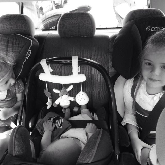 Zondag zaten we om tien uur in de auto om samen met Rianne en Nina naar de Efteling te gaan. De eerste keer echt rijden in de nieuwe wagen en het ging fantastisch! Handig ook dat er drie kids achterin passen. Zullen we dan toch maar.... Haha, nee hoor!