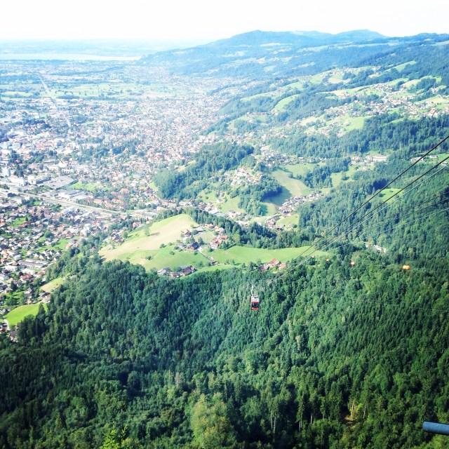Dichtbij steken we de grens naar Oostenrijk over en gaan we met een gondel de lucht in. 1 kilometer omhoog, wat eng! Eenmaal boven is het schitterend en heb ik nergens last meer van. Ontspannen en genieten. Nu!