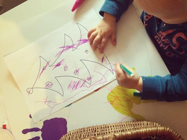Woensdag teken ik een kerstboom voor Liza die zij zo goed mogelijk probeert in te kleuren!