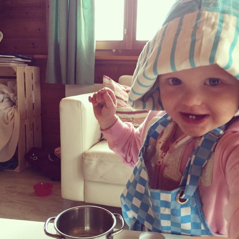 Liza is heerlijk op dreef dinsdag en speelt hier de kok.