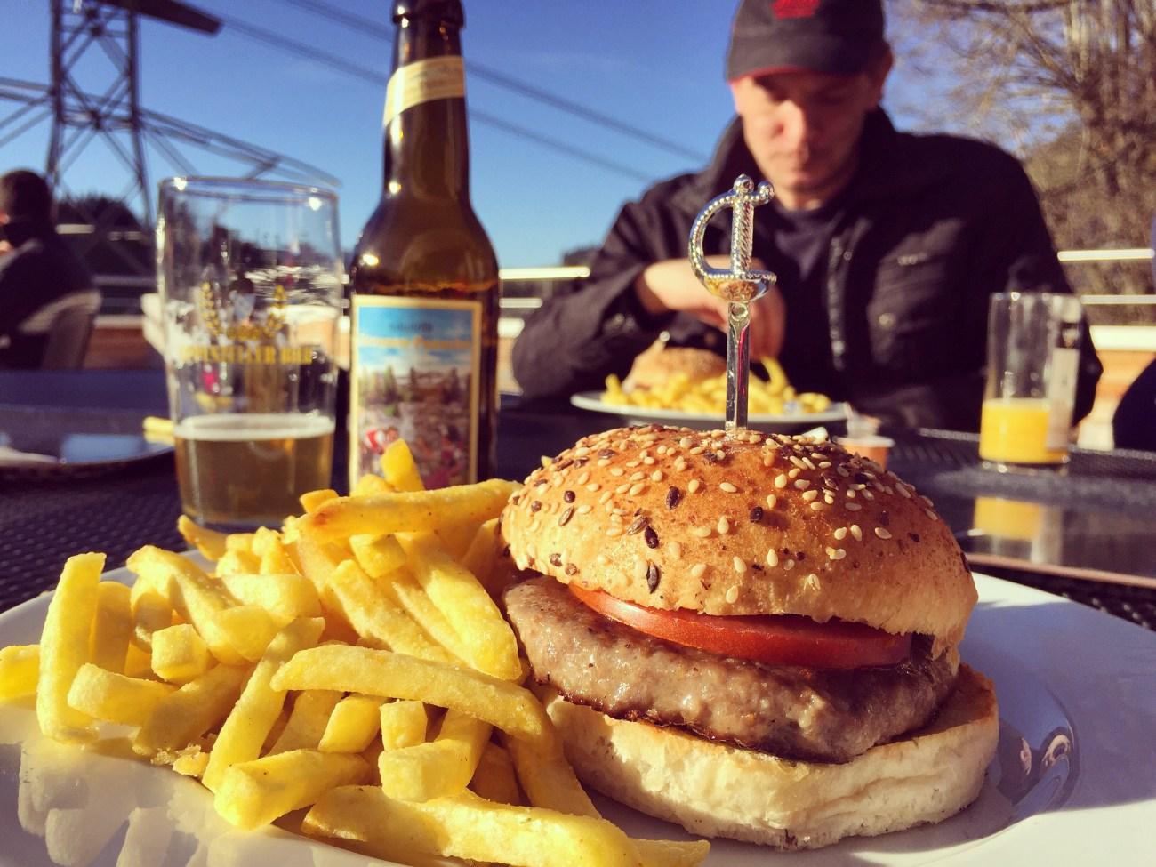 We eten (buiten in het zonnetje) een broodje hamburger met heerlijke frietjes. Zo fijn vandaag.