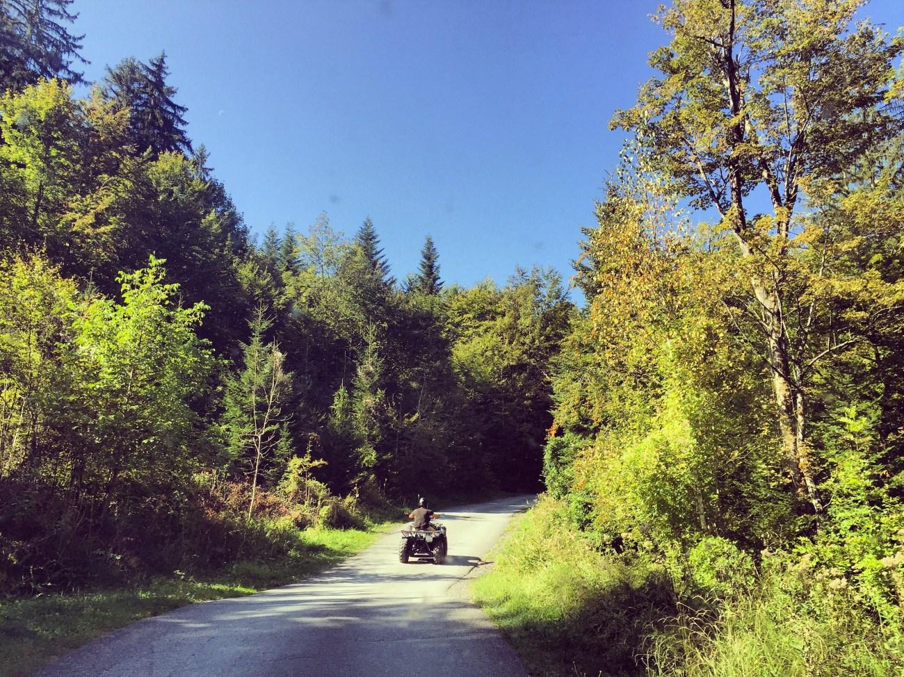Zondag is et schitterend weer en duiken we de berg op om te gaan grillen. Voor ons rijdt Floris op zijn quad.