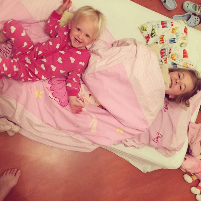 Donderdagochtend waren ze weer vroeg wakker, maar waren ze in de kamer aan het spelen. Zo trof ik ze aan. Eva had dr bed uit de stapelbed getrokken...
