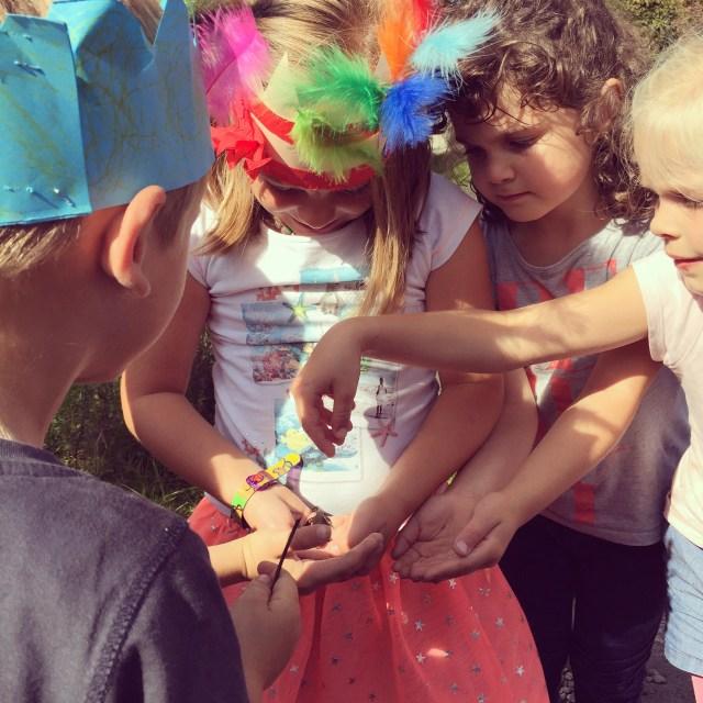 Bij de speeltuin vinden ze nog een molch, een watersalamander