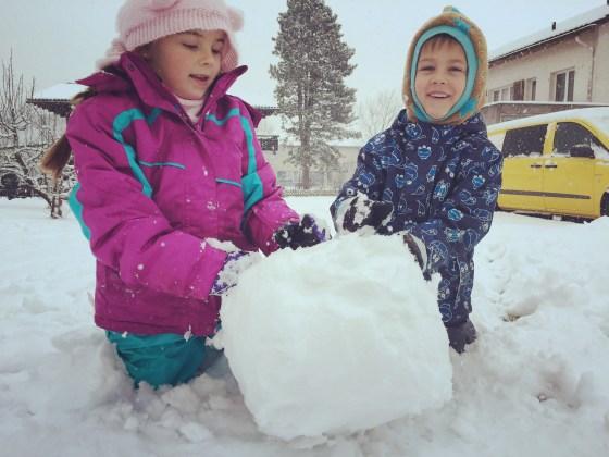 We genoten van de sneeuw en maakte de eerste sneeuwpop