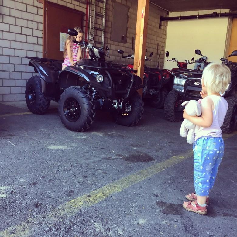 Liza vindt de kleine quad veel leuker dan de grote quad, die ze steevast motorfiets noemt