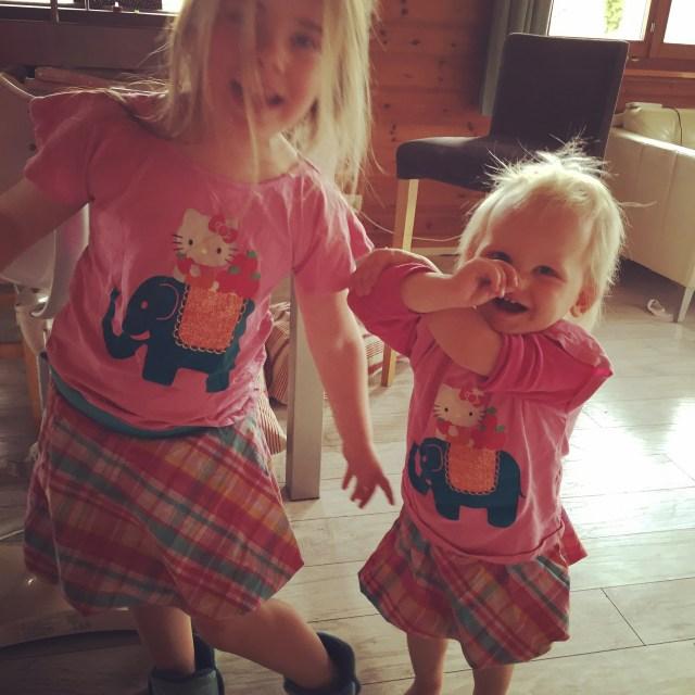 Oja Eva wilde perse dezelfde kleren aan Liza. Ze wilde graag een tweeling zijn.