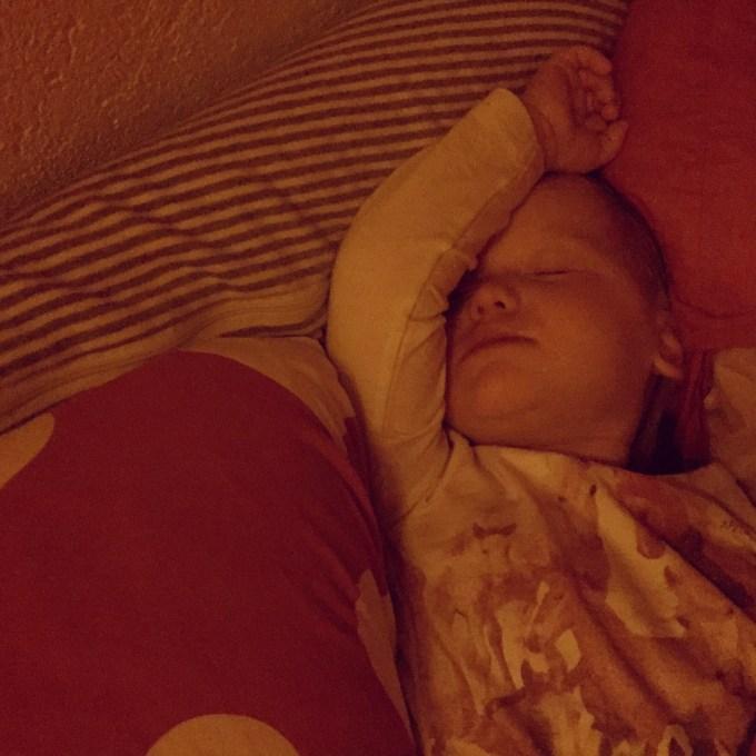 En zo snurkt ze lekker tussen ons in