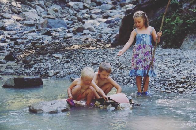 Zondag liggen we eerst in het zwembad, daarna gaan we naar de grillplek en spelen we met de stenen en water