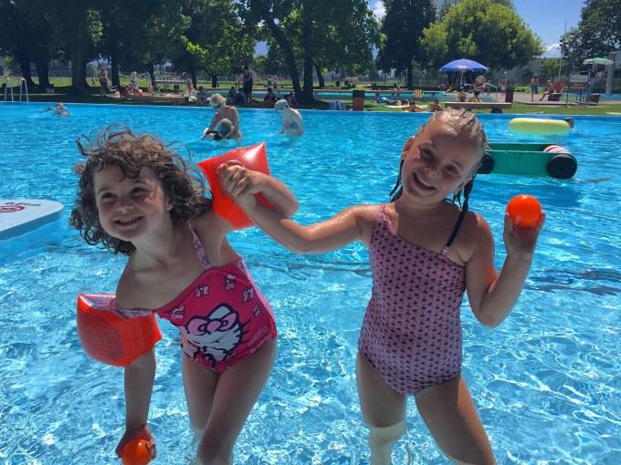 Daarna duik ik met deze meiden het zwembad in