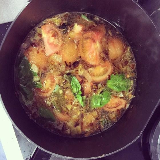 Zondag maak ik tomatensoep. UIteindleijk eet ik er drie dagen van. Lekker!