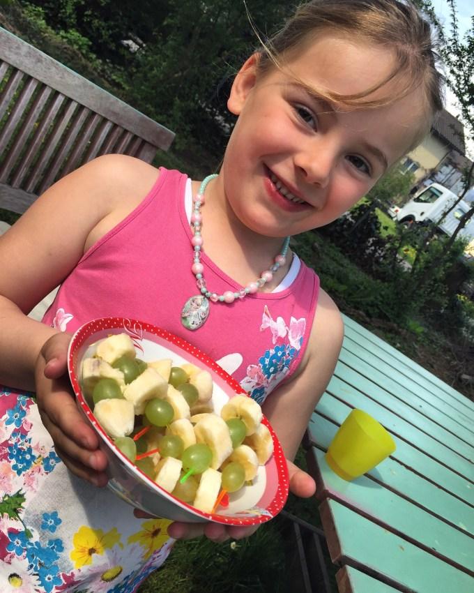 Eva besloot dat ze zin had in fruit en dook ook de keuken in. Trots dat ze was toen ze de keuken uit kwam en ik ook natuurlijk.
