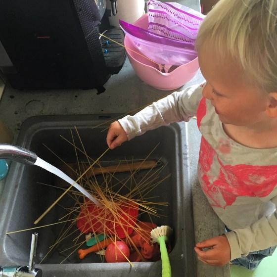 Vrijdagmiddag was ik aan het koken en Liza ook.. Voordat ik er erg in had had ze zelfs ranja toegevoegd aan haar spaghetti...