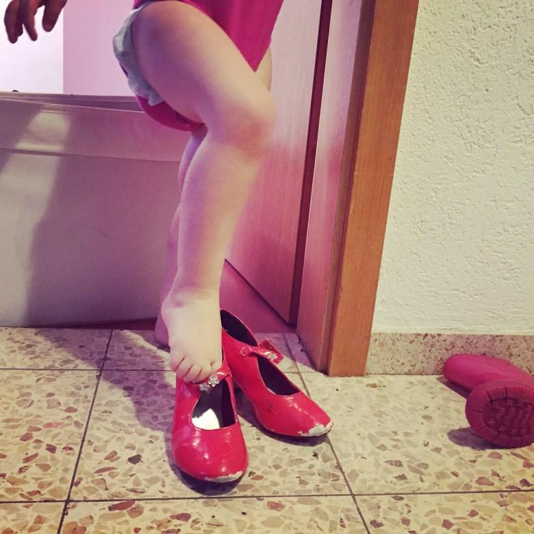 Op zondag sneeuwde het. Wat een butweer. Liza trok d'r rode schoentjes maar aan...