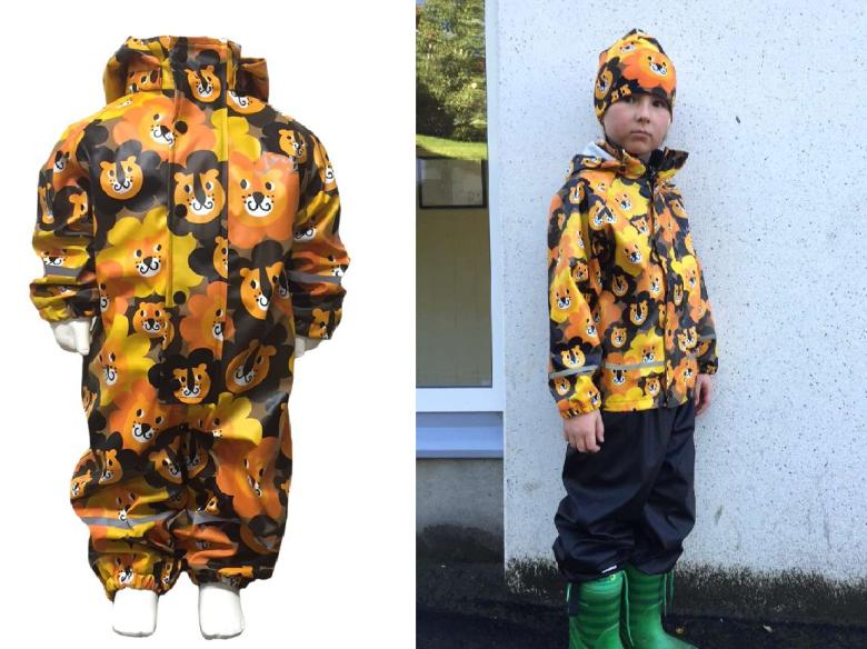 Van JNY design is dit leuke pakje en de regenjas incl. broek. Wat een gaaf motief. Je koopt beide regenpakken en nog meer bij musjes.com