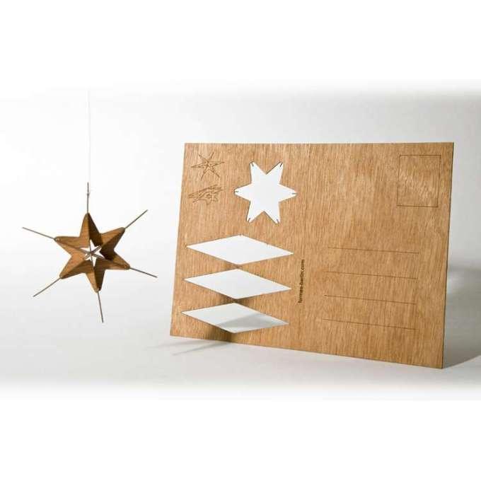 Deze houten kerstkaart van Fairfriends.nl is tegelijk ook een cadeautje. Hij kost 4,95 en daarbij steun je direct projecten.