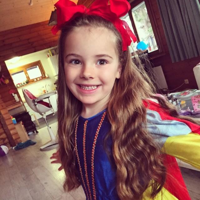Eva mag donderdagochtend verkleed naar school. Omdat ze geen lippenstift durft, moet haar strik perfect zitten.