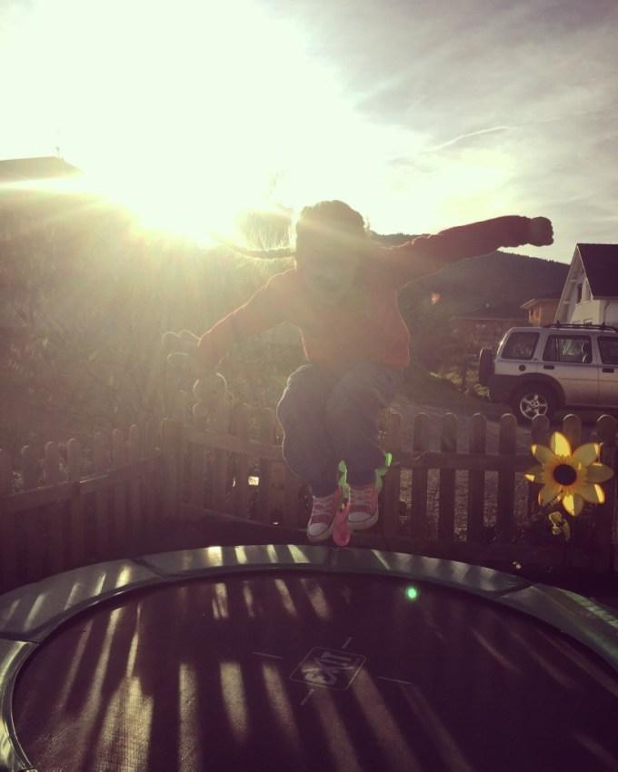 Eenmaal weer thuis gingen de meiden in het laatste zonnetje van de dag eindelijk weer op de trampoline.