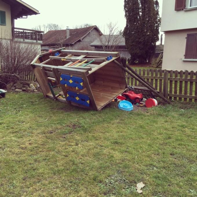 Ook op zondag blijft het speelhuis liggen, De wind is te krachtig, op de grond ligt hij veilig.