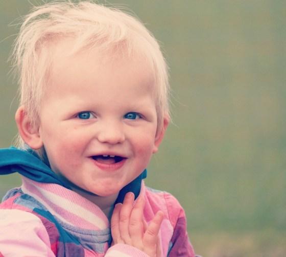 Maandagmiddag gaan we naar de speeltuin. Liza heeft haar mooie koppie mee en ik blijf foto van haar maken.