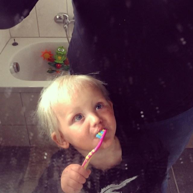 Vrijdag poetsen we onze tanden en hebben we wel een erg vieze spiegel!