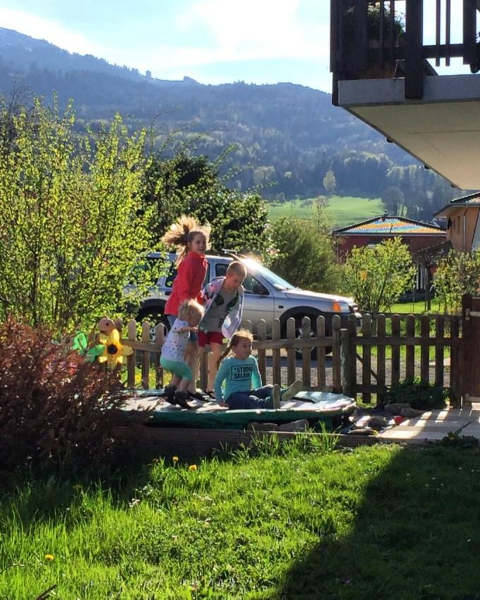 Om een uur of drie moesten we weer afscheid nemen van Elja en Mayra. Daarna werd er nog thuis met de buurkinderen gespeeld. Wat een weer