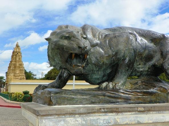 Леопард возле Главного дворца Майсура
