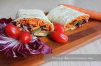 Wraps mit Jalapenos und Paprika-Hummus
