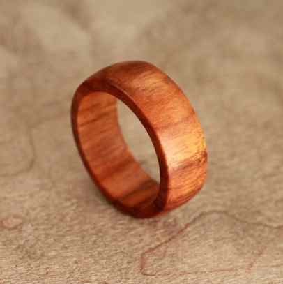 titanium-wood-ring-lined-with-whiskey-barell-white-oak-stave