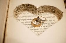 ¿Aún no tienes caja para guardar vuestros anillos? Hazte con un libro antiguo