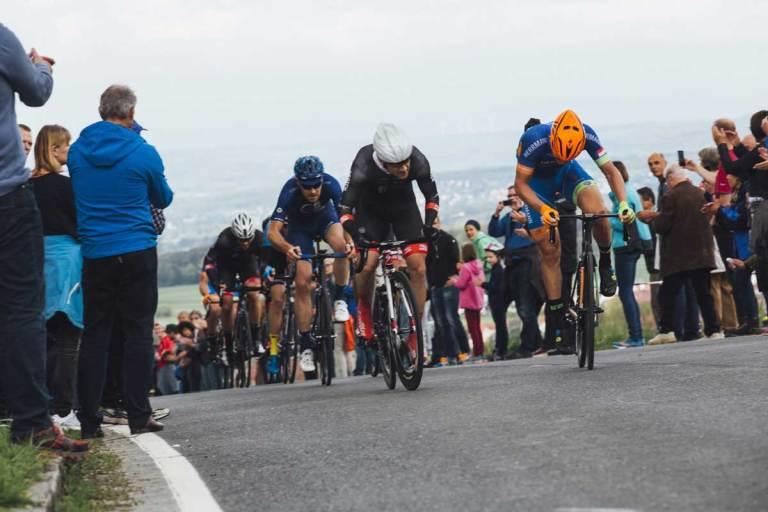 Image représentant une course de vélo avec plusieurs cyclistes