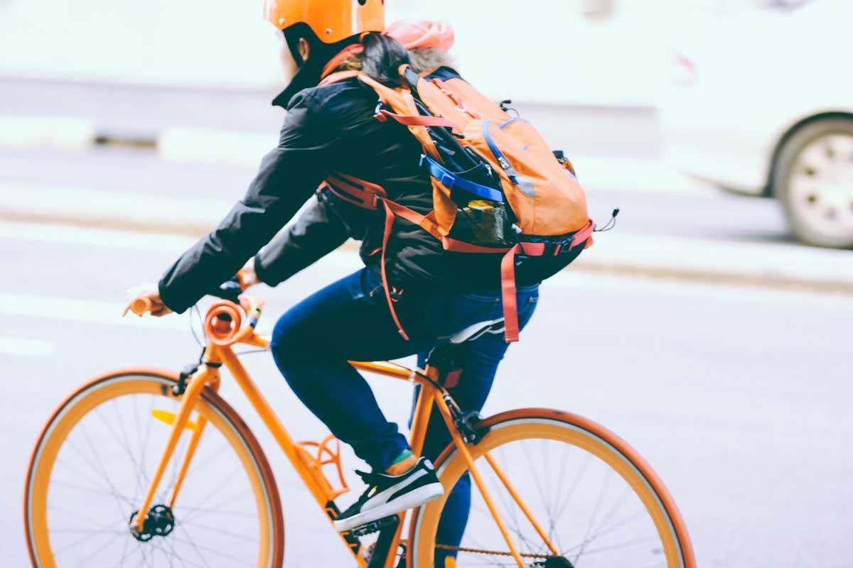 Personne qui roule a vélo