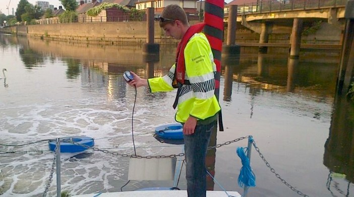 Environment Agency aerating the Lea at Three Mills London July 2013 © EA