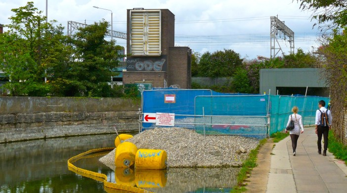 Crossrail work on River Lea grab at Pudding Mill Lane 180813 © david.altheer@gmail.com