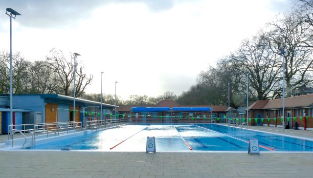 LonFieldsLido©DA18: London Fields Lido #Dalston #Hackney E8 new W-side outxdoors showers 030118 © david.altheer@gmail.com David Altheer 030118