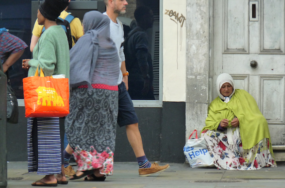 Roma©DA18: Roma begging near Kingsland High St, Dalston, Hackney bank 300718 © david.altheer@gmail.com