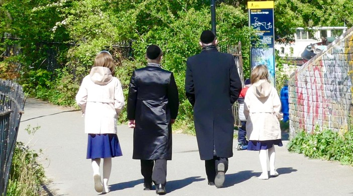 jewish©DAfamily: © david.altheer@gmail.com dragonfly 2 men with children walking boy Lea/Lee canal in Clapton, Hackney,140420
