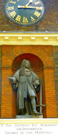 """Geffrye©DA14:© David.Altheer@gmail.com Robert Geffrye statue (in 2020 under attack for having owned a slave ship) at Geffrye Museum (now """" of the Home), Kingsland Rd, Haggerston, Hackney, 1980414 © david.altheer@gmail.com"""
