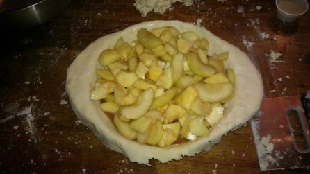 Fresh apples in the pie pan