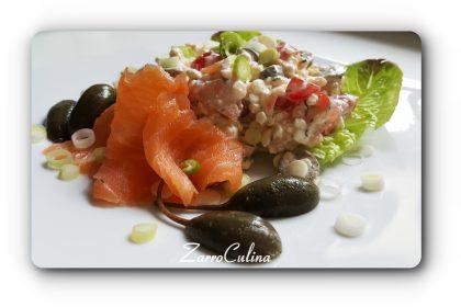 Körniger Frischkäse Salat mit Lachs und Kapern